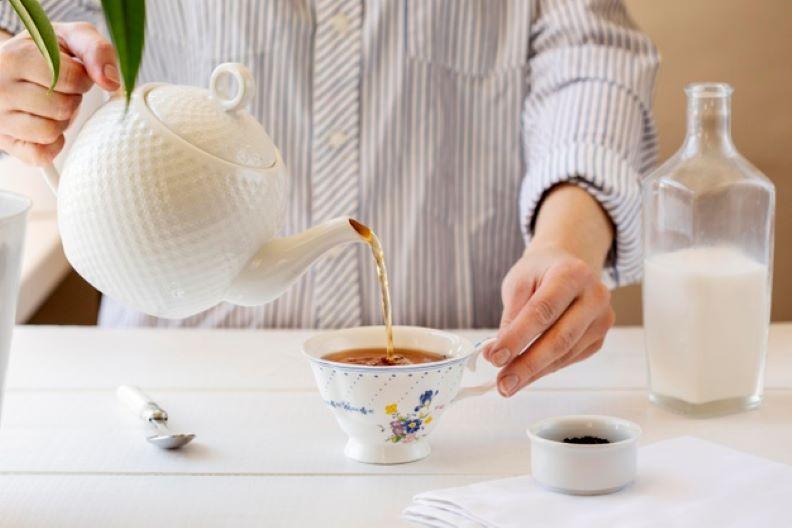 preparing milk tea